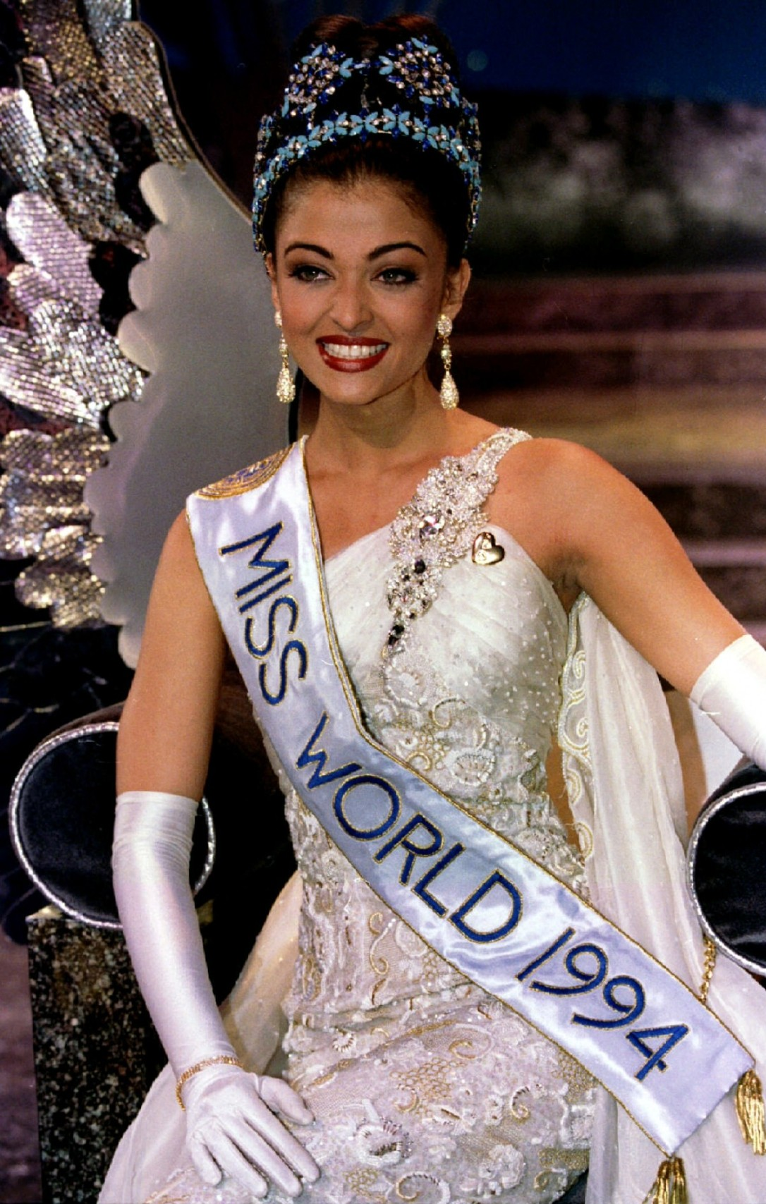 1448009664_miss-india-aishwarya-rai-sits-her-throne-moments-after-being-crowned-miss-world-1994-november-19.jpg